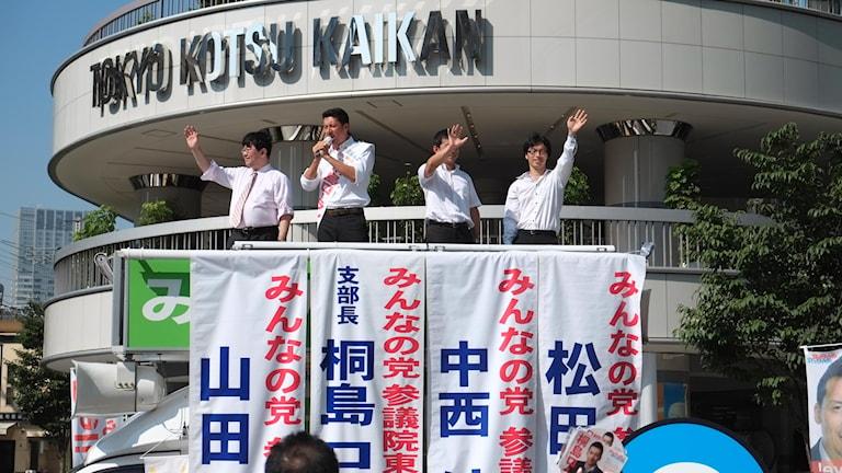 Kandidater från Minna No To (Allas Parti) håller tal i Ginza, Tokyo, på torsdagseftermiddagen.