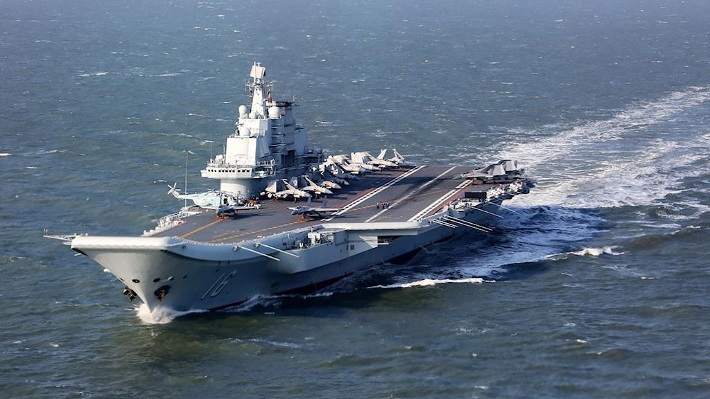 Kinas hangarfartyg Liaoning vid en övning i Stilla havet.