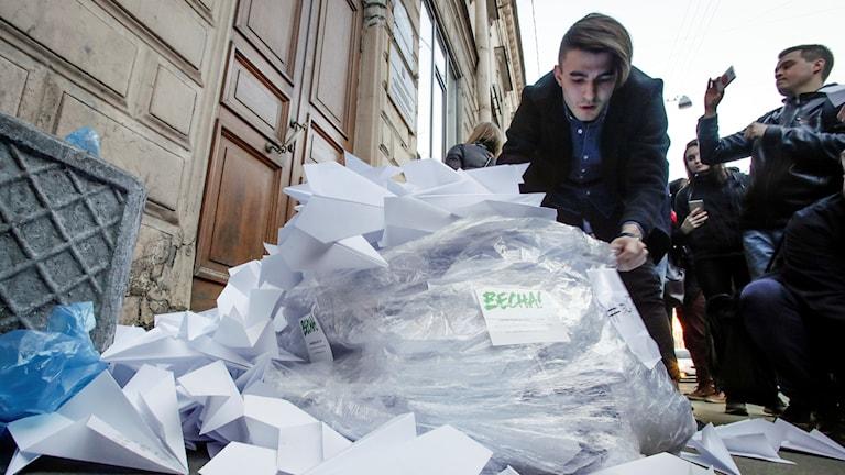Ryska aktivister protesterar mot förbudet av appen Telegram utanför den ryska myndigheten Roskomnadzors högkvarter i Sankt Petersburg.