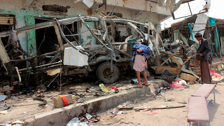 Ursprängd buss vid en marknad i Jemen.