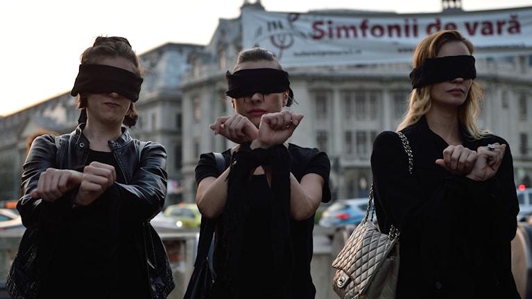 Kvinnor i Polen protesterar mot ny abortlag.