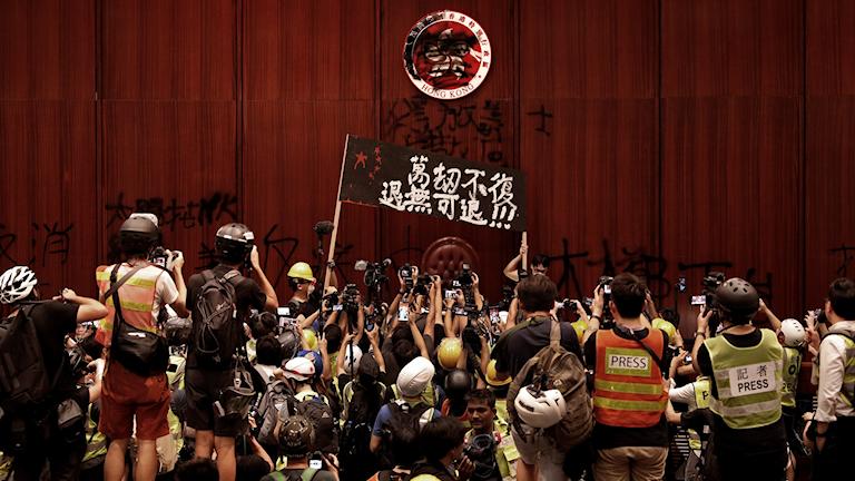 Demonstranter inne i parlamentet.