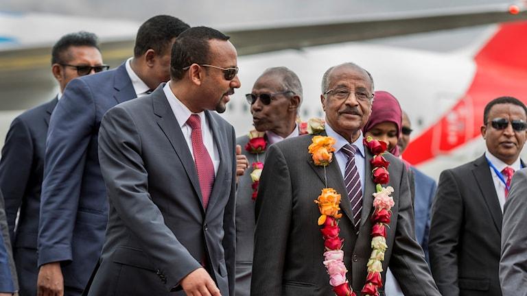 Eritreas utrikesminister Osman Sale välkomnas av Etiopiens premiärminister Abiy Ahmed på flygplatsen i Addis Abeba.