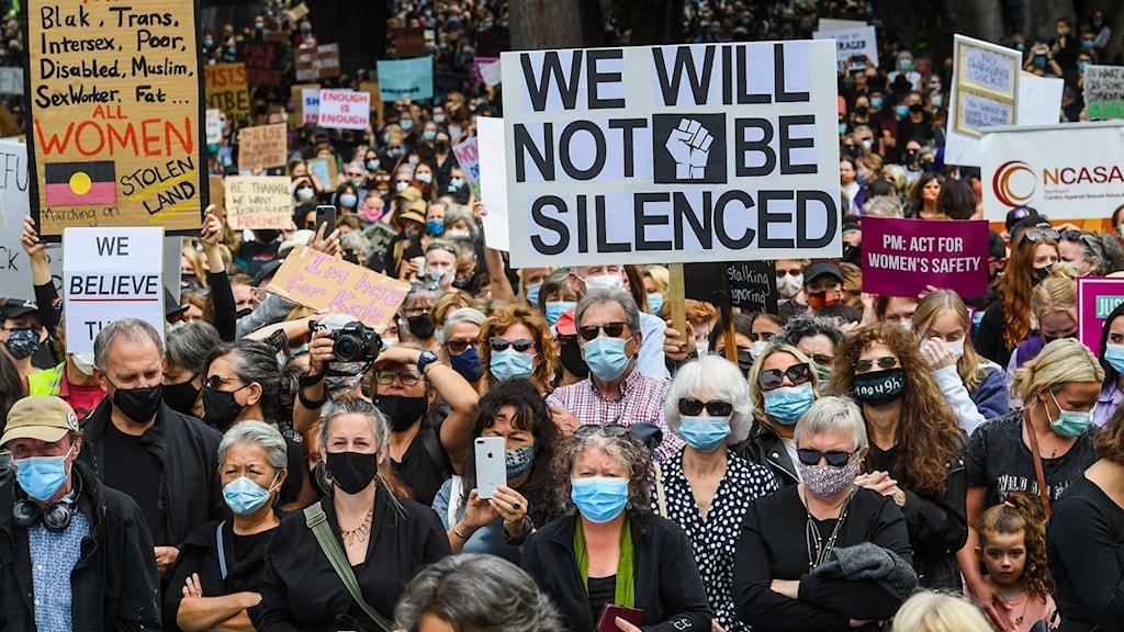 Människor i grupp som demonstrerar.