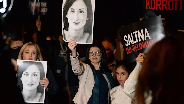 Kvinnor håller plakat