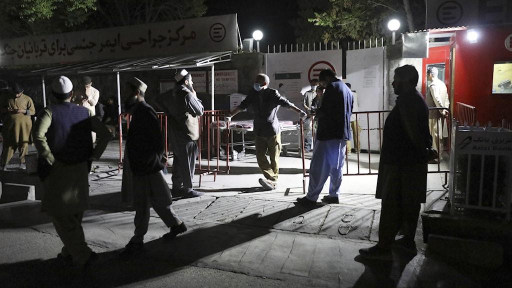 Personer väntar utanför sjukhuset i Kabul.