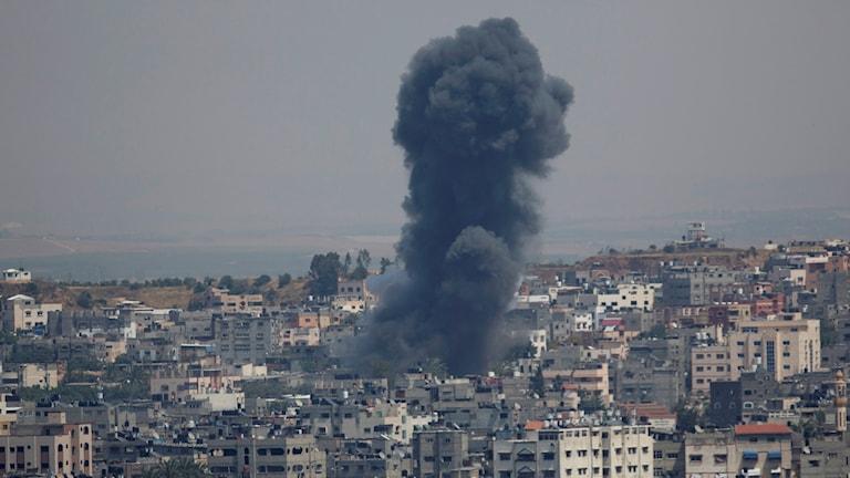 Rök stiger från en explosion efter en israelisk flygattack mot Gaza.
