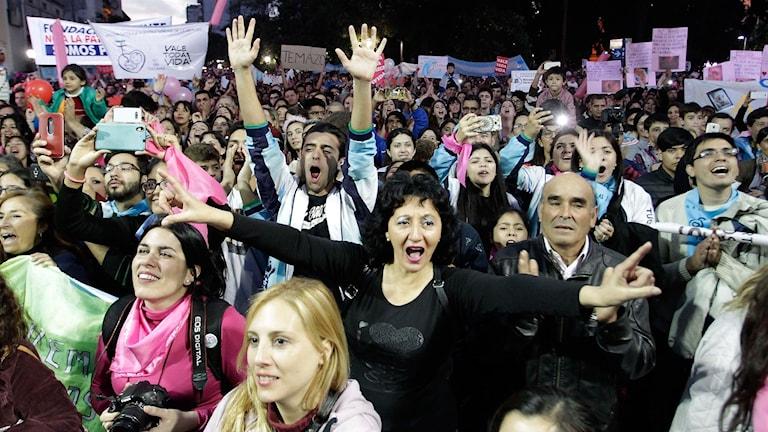 Människor protesterar i Argentina