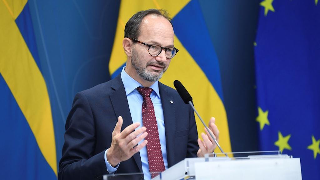 Infrastrukturminister Tomas Eneroth (S) håller en pressträff i Rosenbad.