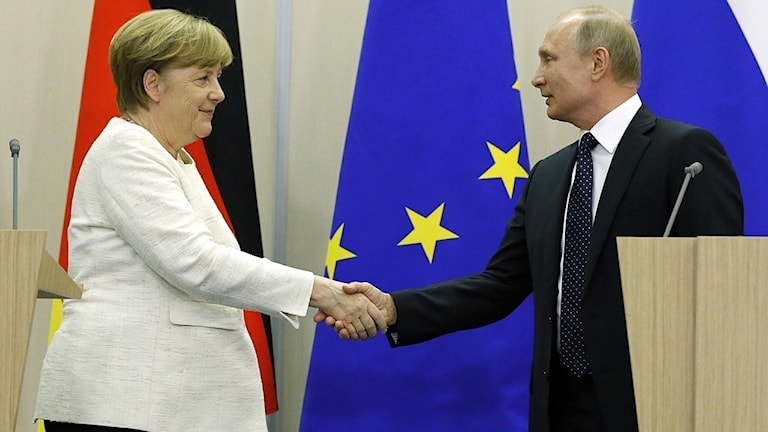 Angela Merkel och Vladimir Putin skakar hand efter en presskonferens maj år 2018.