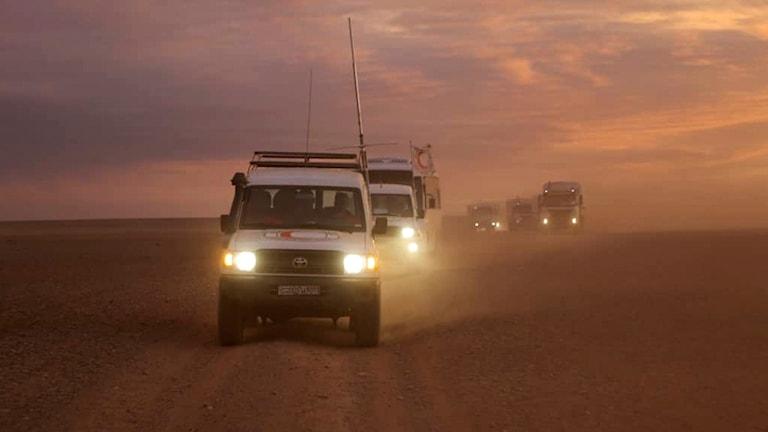 Hjälpkonvoj med flera fordon.