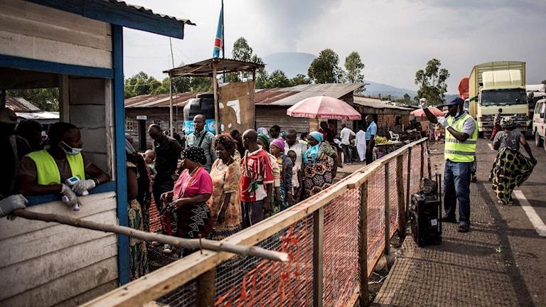 Människor väntar i kö för att tvätta sina händer och ta tempen vid ett hälsocenter utanför Goma i Ebola.