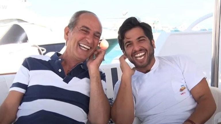 Pappa och son som skrattar.