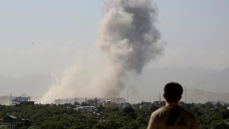 Rök över Kabul efter att en bilbomb exploderat den 1 juli 2019.