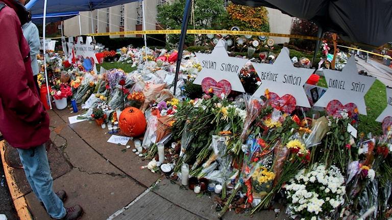 Blommor till minne av offren i Pittsburgh