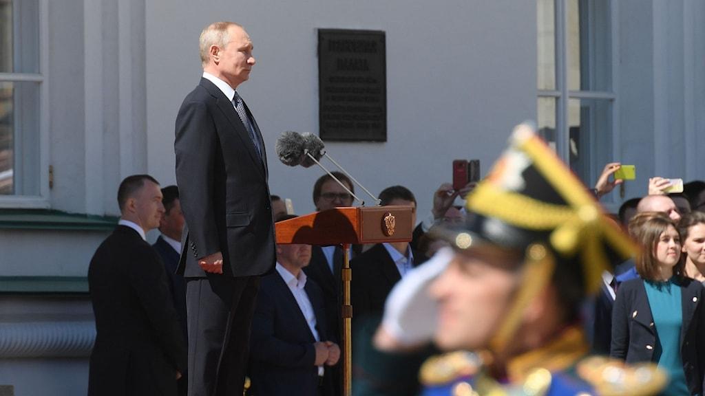 Vladimir Putin svärs in som president.
