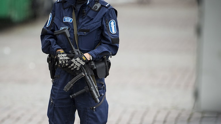 Polis Finland med automatvapen som hänger framförkroppen