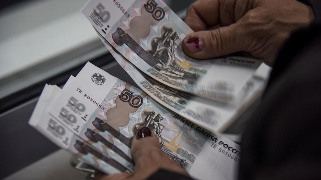 Kvinna räknar ryska rubel