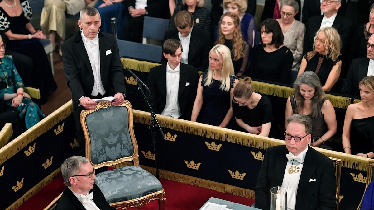 Nya ledamoten Eric M. Runesson håller sitt inträdestal vid Svenska Akademiens årliga högtidssammankomst i Stora börssalen i Börshuset i Stockholm på torsdagen.