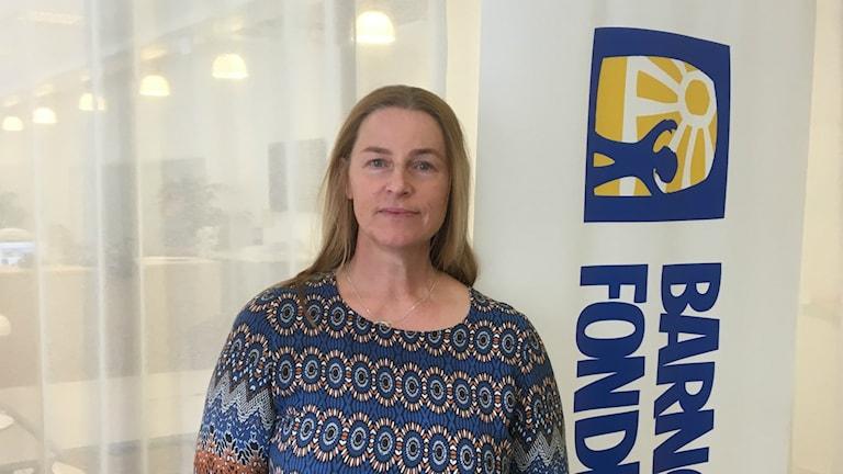 Kerstin Sollerbrant framför barncancerfondens roll up.