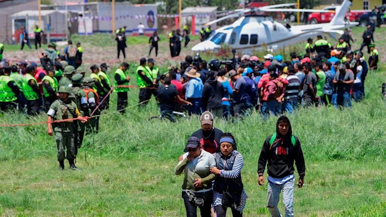 Människor tar sig från platsen där explosionen skedde.