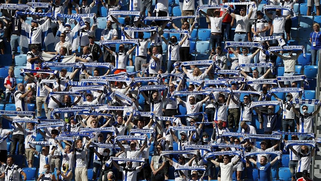 Finska fotbollsfans på fotbollsläktaren under fotbolls-EM 2021.