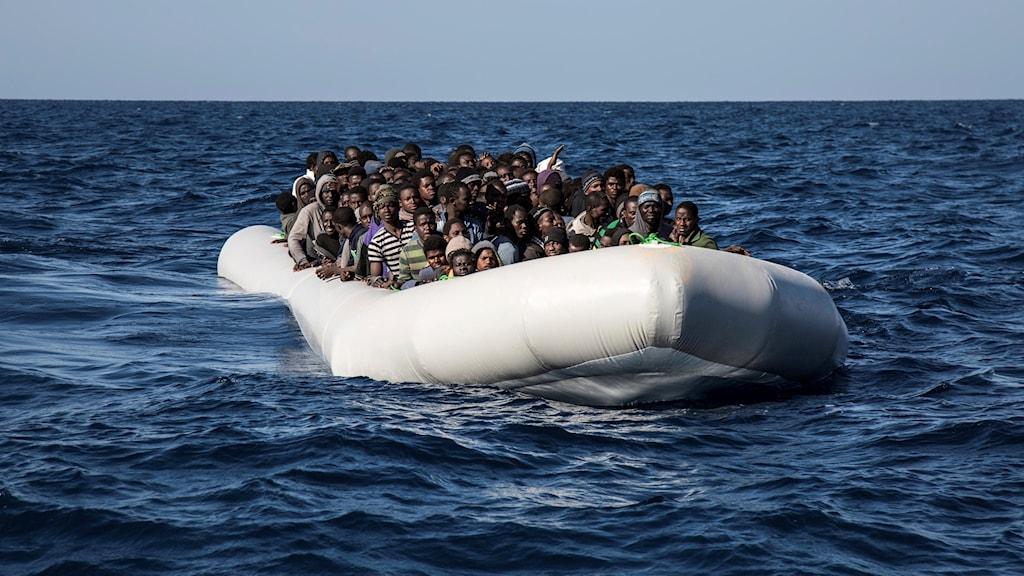 En båt med flyktingar på havet.