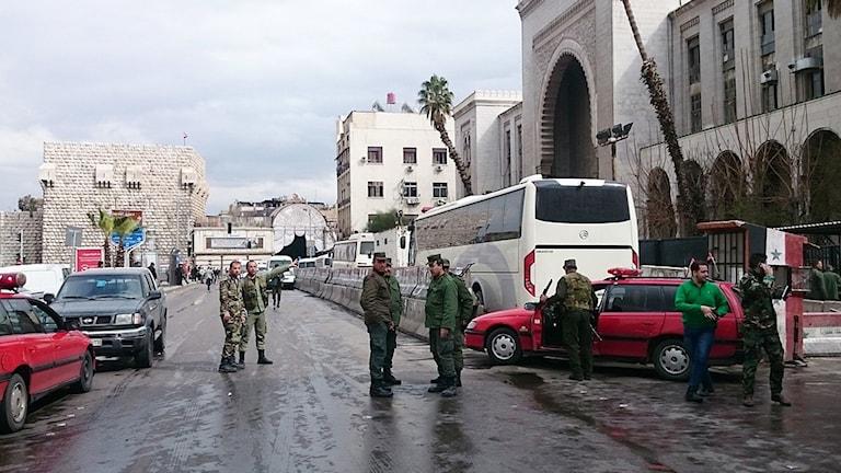 Syriska soldater utanför domstolsbyggnaden som utsattes för den första av två explosioner i Damaskus idag.