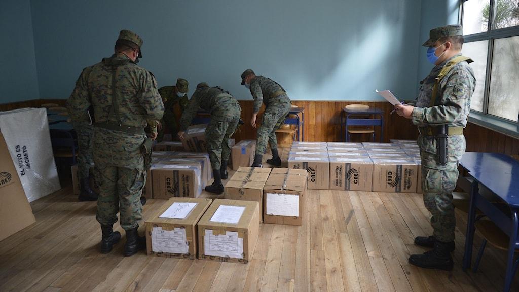 Förbereder valboxar inför valet i Ecuador