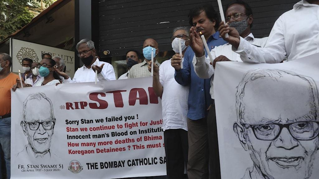 Människor protesterar i stöd för den avlidna prästen Stan Swamy.
