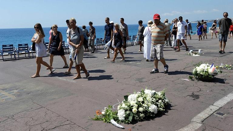 Blommor på Promenade des Anglais där attentatet ägde rum.