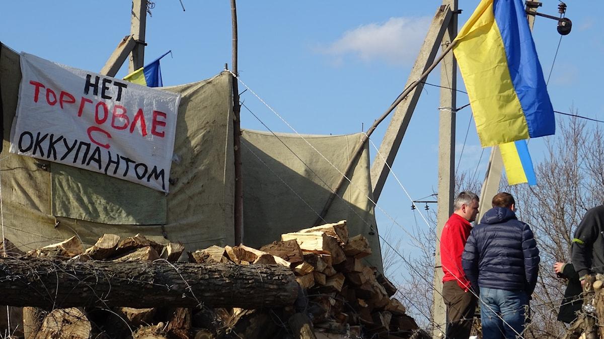 """""""Handla inte med ockupanter"""" står det på skylten vid tältet i Bachmut där aktivister blockerat järnvägen sedan i januari, men kördes bort i tisdags."""