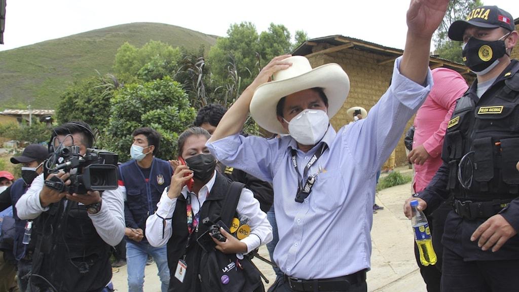Presidentkandidaten Pedro Castillo vinkar till sina anhängare.