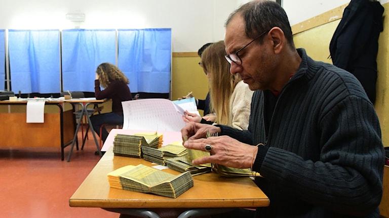 Röstsedlar förbereds. Foto: Miguel Medina/TT.