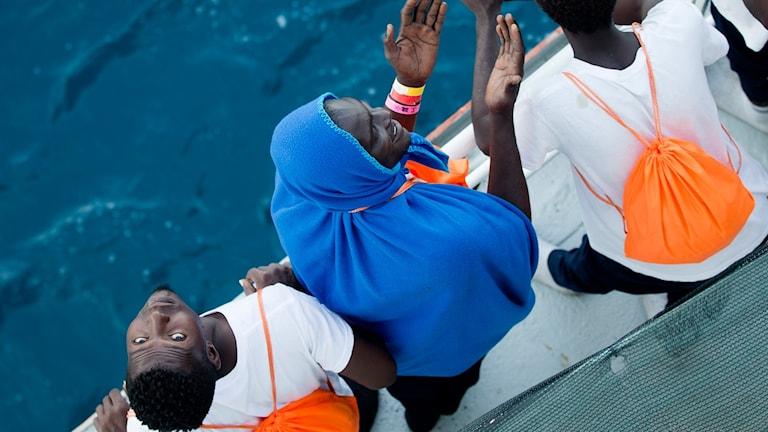 Flyktingar utanför Libyens kust.