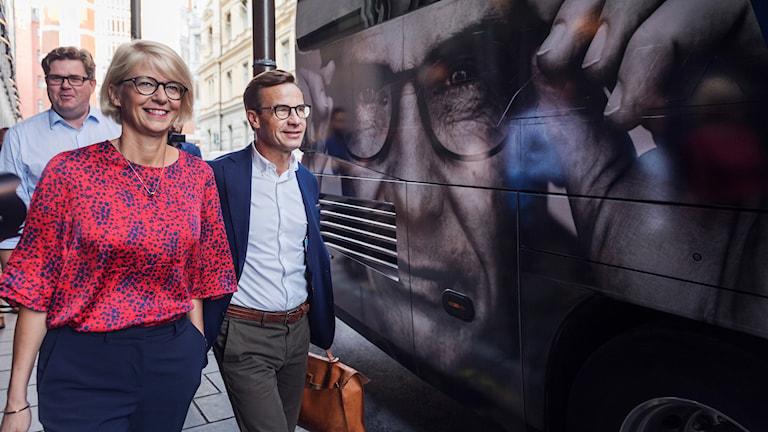 Ulf Kristersson,  Elisabeth Svantesson och Gunnar Strömmer på väg in i en buss.