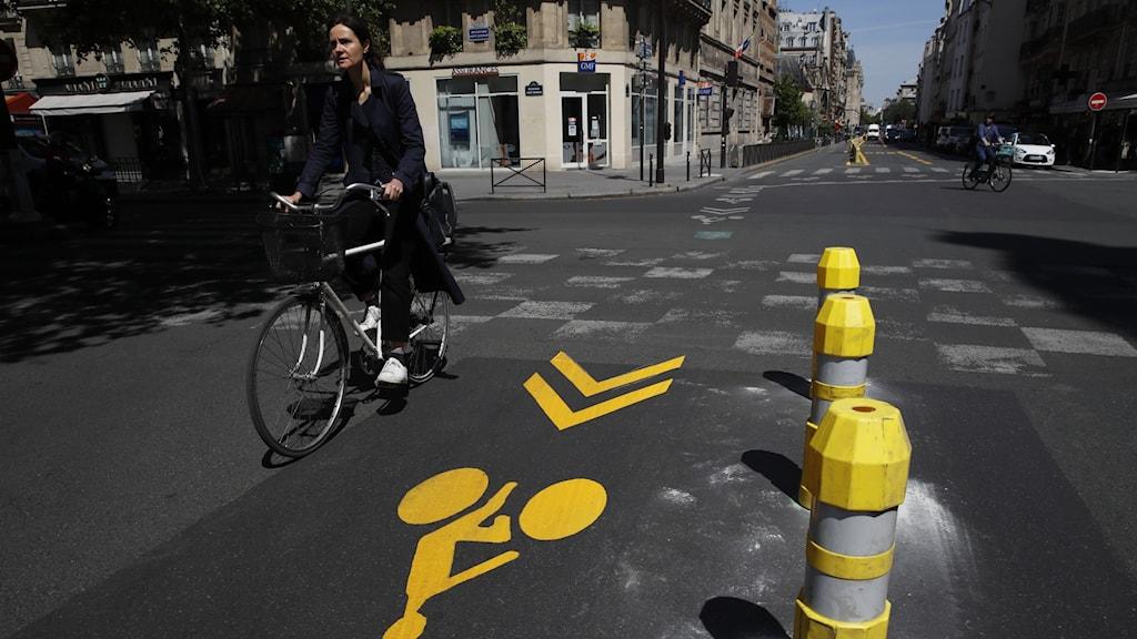 Cyklist i Paris på en ny cykelväg.