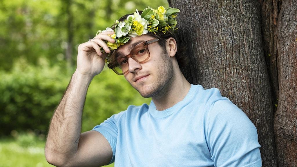Benjamin Ingrosso i blomsterkrans.