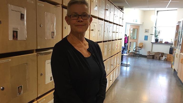 Läraren Kerstin Larsson i en skolkorridor i Falun.