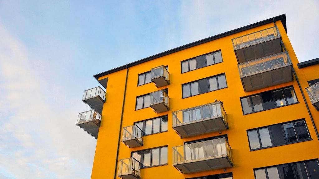 Bild av ett hus med bostadsrätts-lägenheter.
