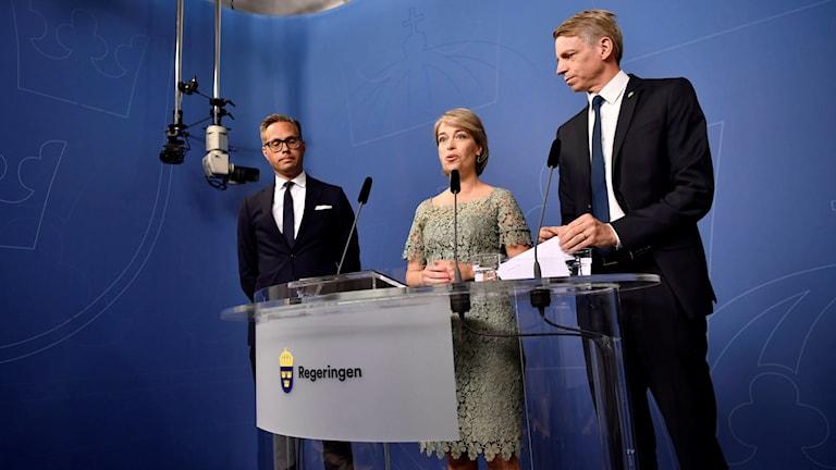 Socialminister Annika Strandhäll och finansmarknadsminister Per Bolund presenterar chefsjurist Mikael Westberg på pressträffen.