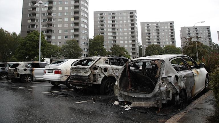 Utbrunna bilar på parkeringen vid Frölunda torg.