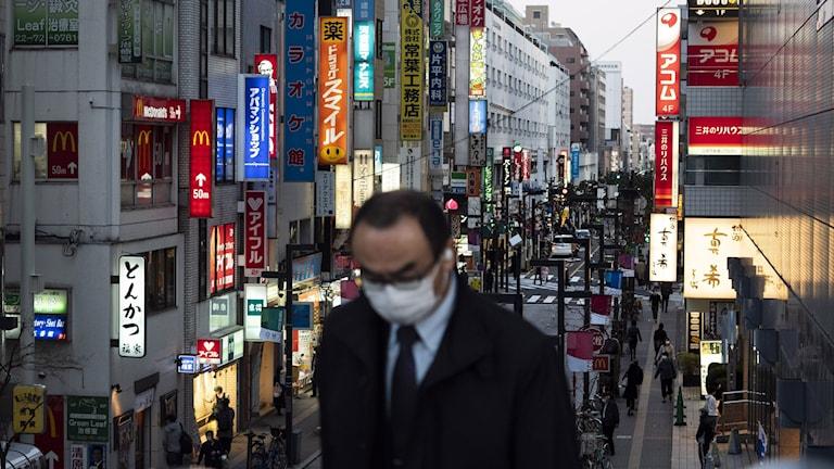 Pendlare i munskydd i Japan.