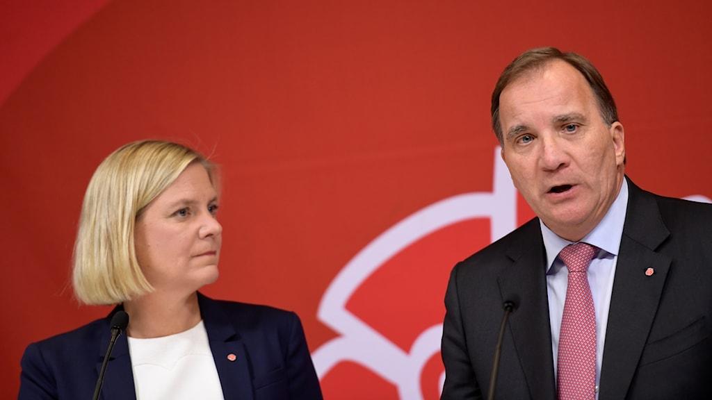 Magdalena Andersson och Stefan Löfven på pressträffen.
