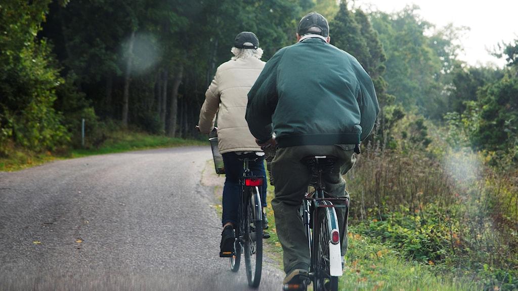 Två cyklande personer.