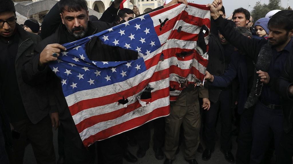 Demonstranter bränner en amerikansk flagga i Teheran. Foto: Vahid Salemi/TT.