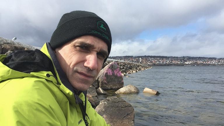 Måns Lindell är limnolog och sakkunnig på Vättern för Vätternvårdsförbundet. Foto: Peter Weyde, Sveriges Radio