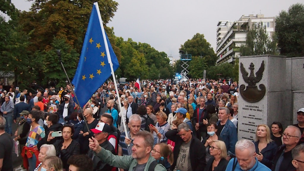 folkmassa, eu flagga, polsk symbol på monument
