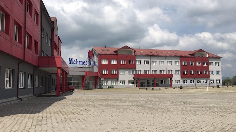 Skolorna där de deporterade männen arbetat har verkat i Kosovo länge