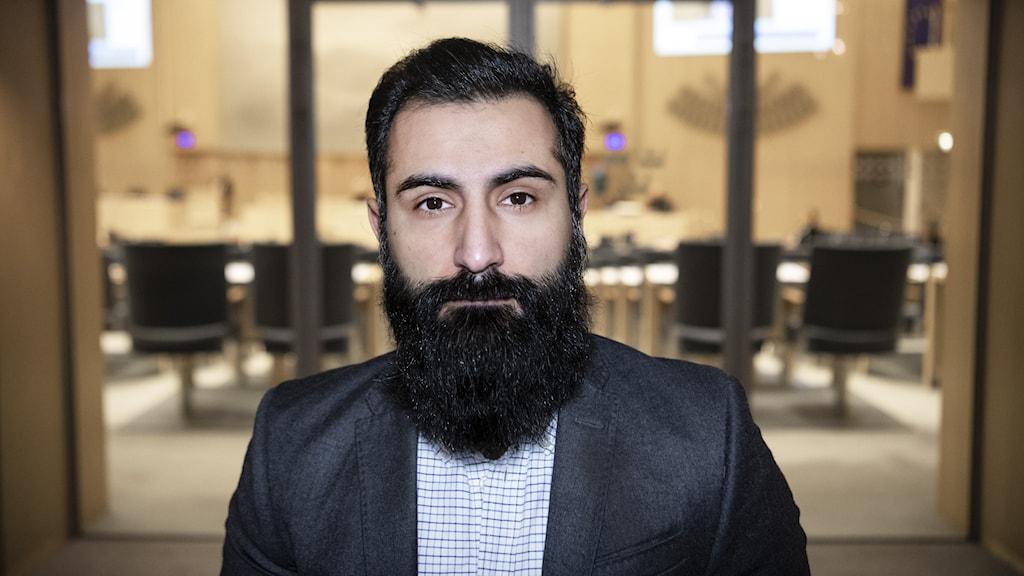 en man med skägg